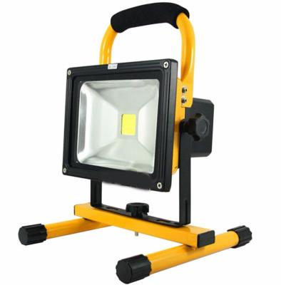 projecteur LED portable jaune pour chantier
